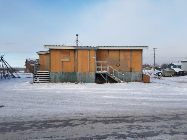 A boarded-up public housing unit in Behchoko, N.W.T. (Curtis Mandeville/CBC - image credit)