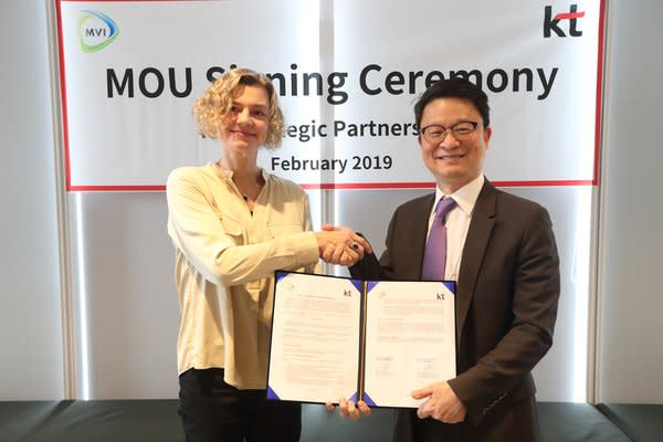 Kim Young-Woo, right, KT's vice president and leader of its Global Business Group, is photographed at the MOU signing ceremony on February 15, 2019.