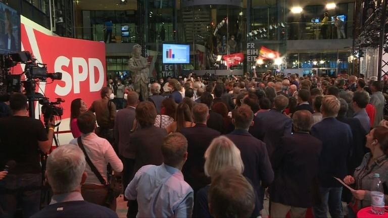 SPD supporters cheered despite their narrow lead as exit polls were announced (AFP/Léo PIERRARD, Marion PAYET)