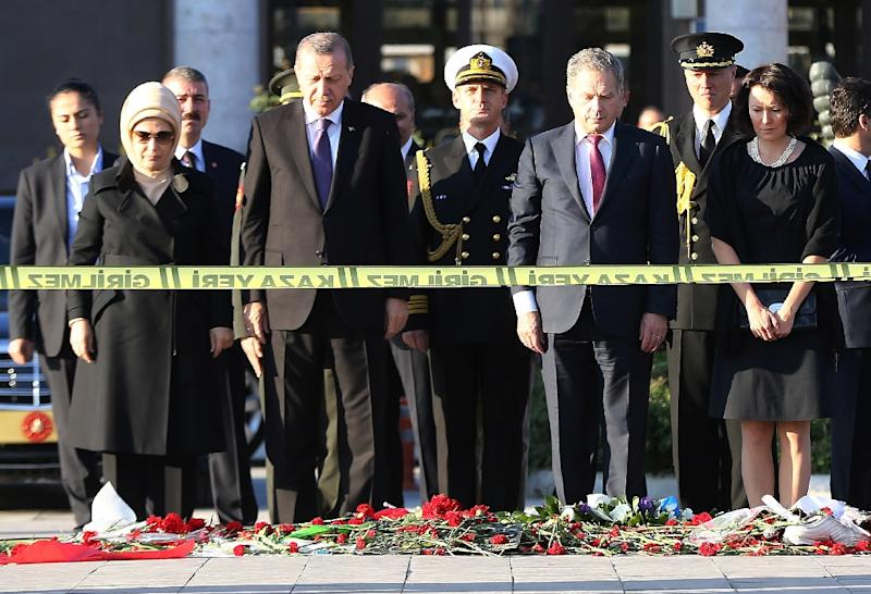 Turkey's President Recep Tayyip Erdogan (2nd L), Finland's President Sauli Niinisto (2nd R), and their wives Emine Erdogan (L) and Jenni Haukio attend a wreath-laying ceremony at the site of the bombings in Ankara on October 14, 2015 (AFP Photo/Adem Altan)