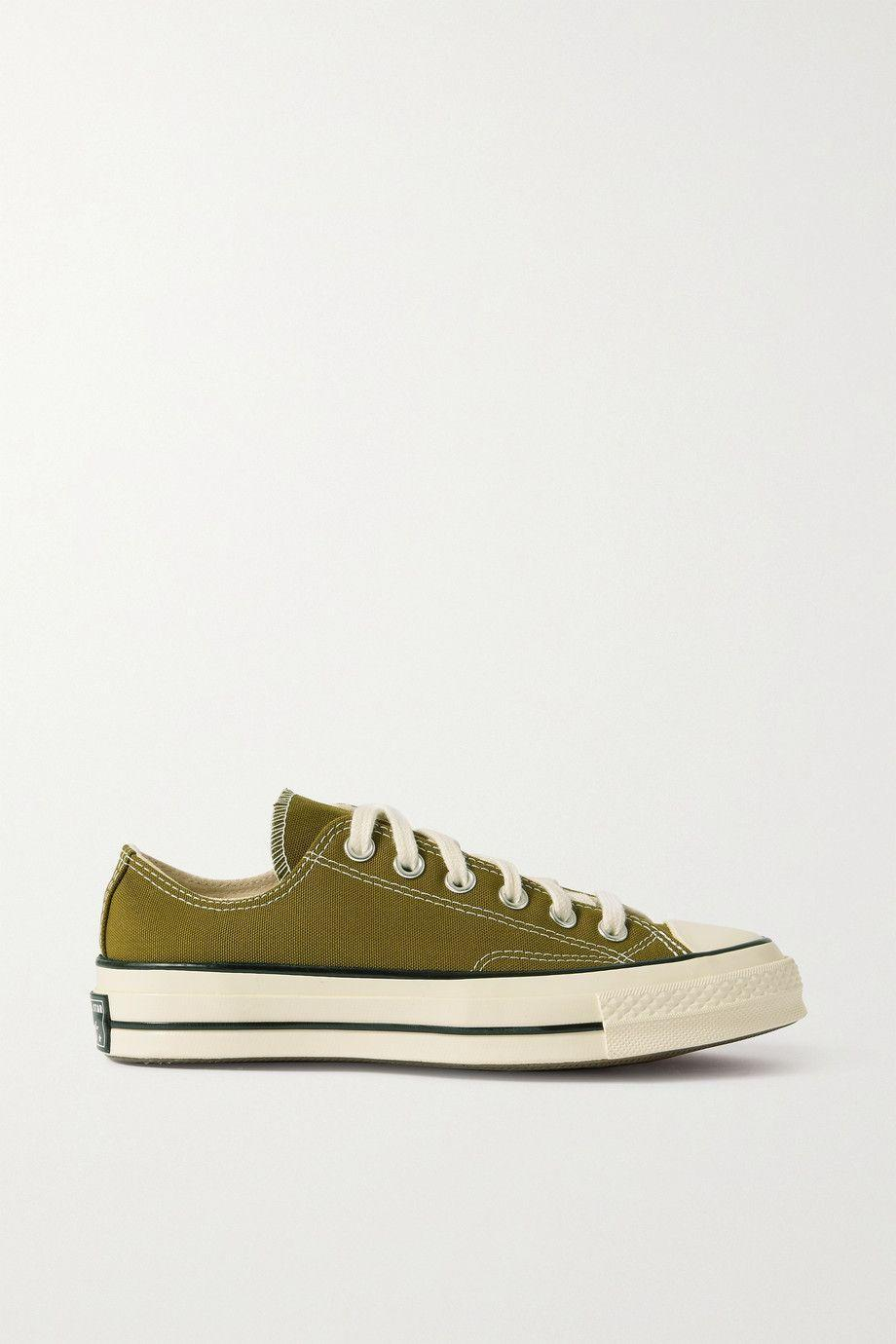 """<p>In versione verde oliva, l'iconica <strong>Chuck Taylor All Star 70 </strong>in canvas.</p><p><a class=""""link rapid-noclick-resp"""" href=""""https://www.net-a-porter.com/en-it/shop/product/converse/shoes/low-top/chuck-taylor-all-star-70-canvas-sneakers/6630340698716519"""" rel=""""nofollow noopener"""" target=""""_blank"""" data-ylk=""""slk:85 euro su Net-a-porter.com"""">85 euro su Net-a-porter.com</a></p>"""