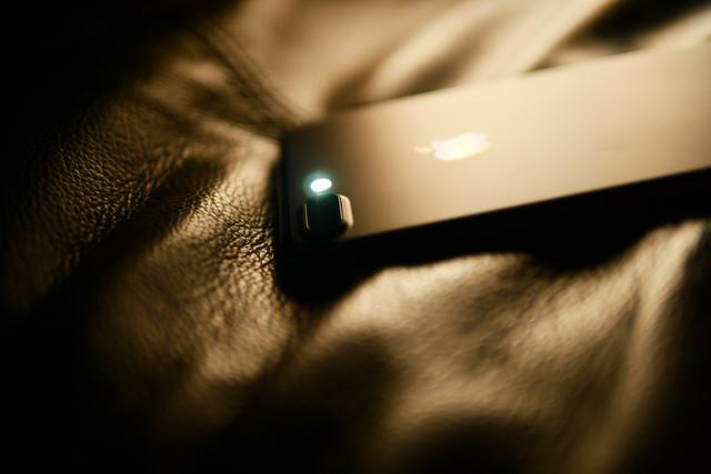 how to turn off the flashlight on an iphone