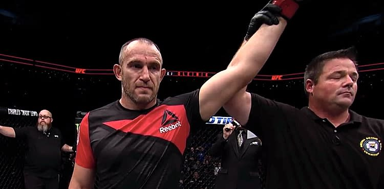 Aleksei Oleinik chokes out Mark Hunt in main event at UFC in Russia
