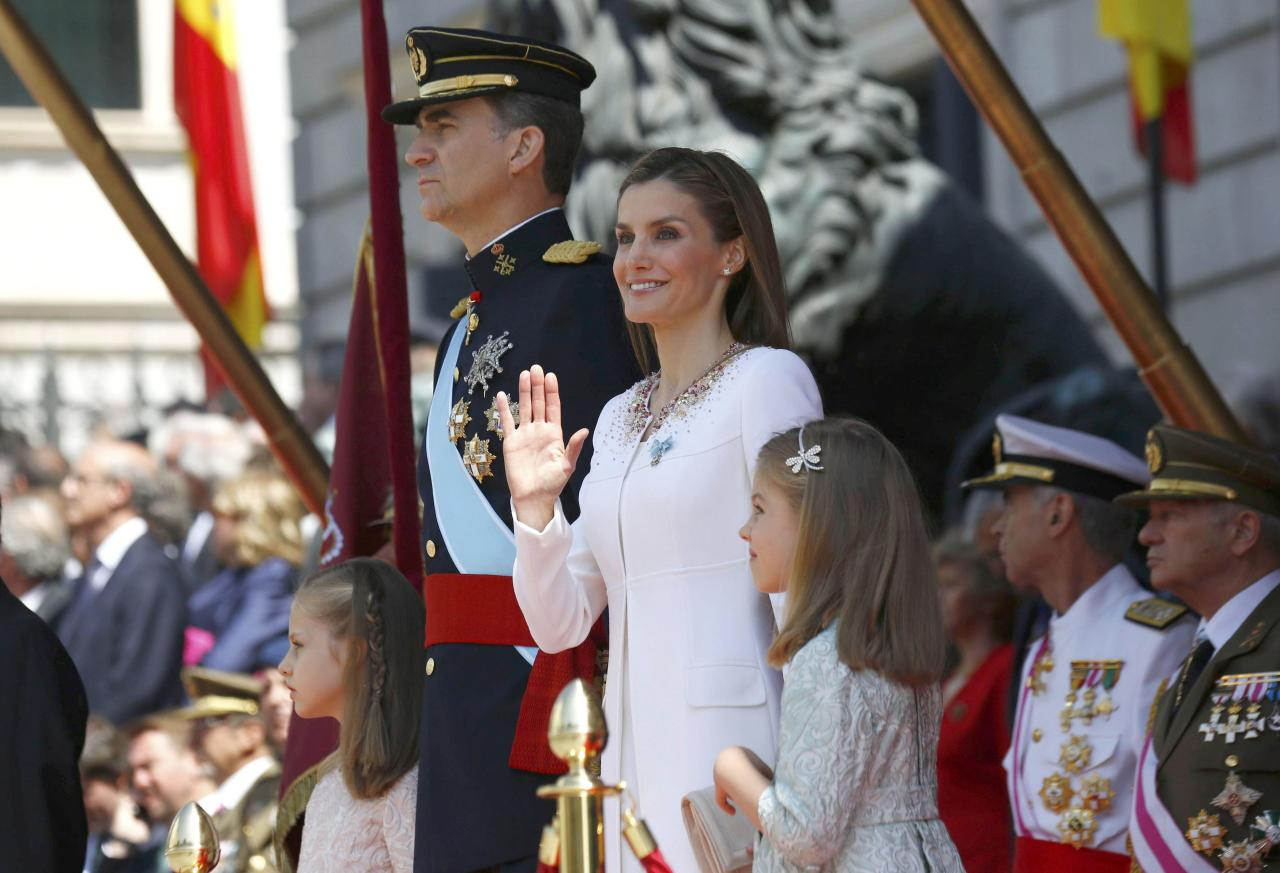Spain's new King Felipe VI (2ndL), his wife Queen Letizia (2ndR), Princess Leonor (L) and Princess Sofia (R) review the troops during a military parade outside he Congress of Deputies after the swearing-in ceremony in Madrid, June 19, 2014. Spain's new king, Felipe VI, was sworn in on Thursday in a low-key ceremony which monarchists hope will usher in a new era of popularity for the troubled royal household. REUTERS/Sergio Barrenechea/Pool (SPAIN - Tags: ROYALS POLITICS ENTERTAINMENT)
