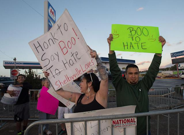 """<p>Residents call on passerbys to say """"Boo to Hate"""" in Shelbyville, Tenn., Oct. 27, 2017, a day before White nationalist groups will gather for """"White Lives Matter"""" rallies. (Photo: Zach D. Roberts/NurPhoto via Getty Images) </p>"""