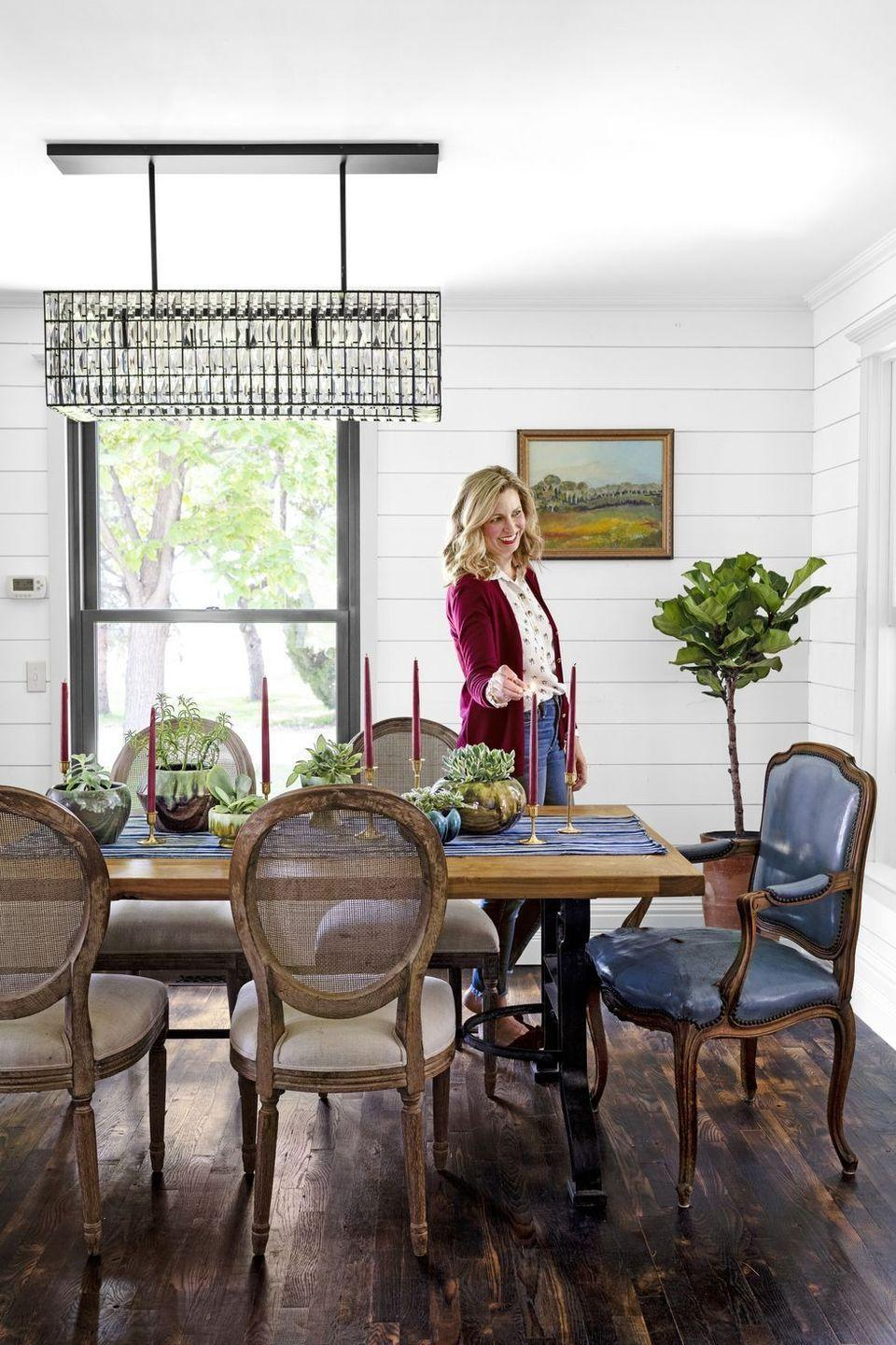 <p>You can never go wrong with a combination of greenery and candles, especially when you stick to autumn-inspired colors ranging from rich reds to greens.</p>