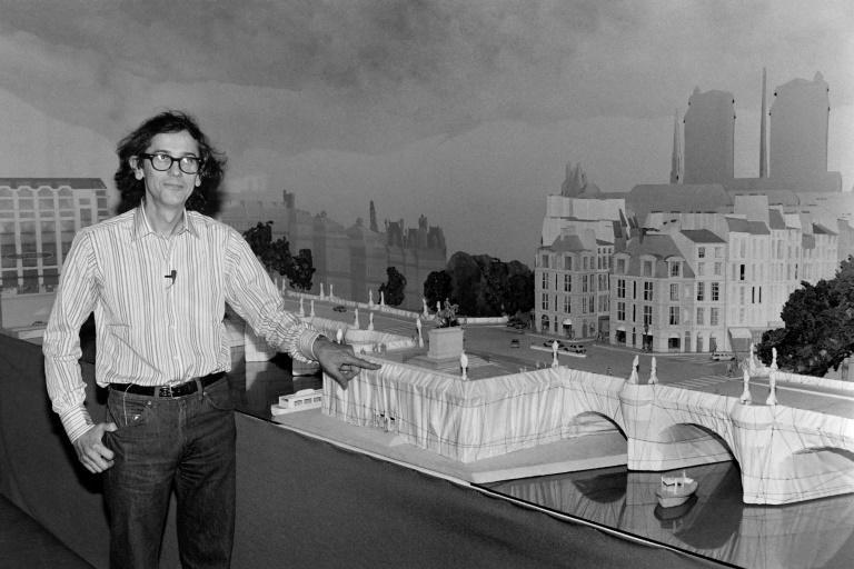 Christo in 1981 appears next to the model of his project to wrap the Pont Neuf in Paris, which would take place in 1985 (AFP/Michel CLEMENT)
