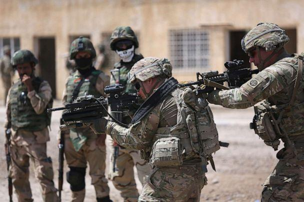 PHOTO: U.S. Army trainers instruct Iraqi Army recruits at a military base on April 12, 2015 in Taji, Iraq. (John Moore/Getty Images, FILE)