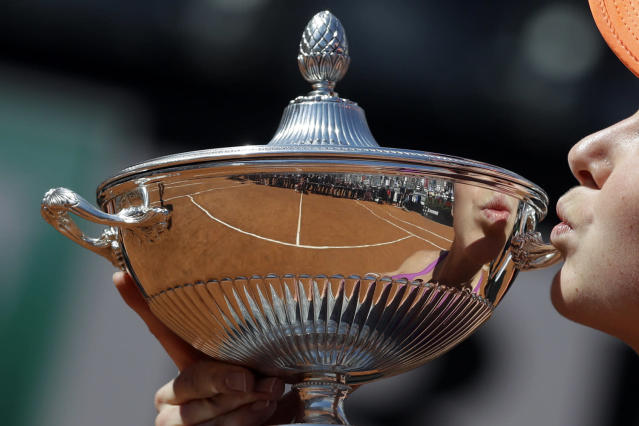<p>Ukraine's Elina Svitolina kisses the trophy after winning during her final match against Romania's Simona Halep at the Italian Open tennis tournament, in Rome, Sunday, May 21, 2017. (Photo: Gregorio Borgia/AP) </p>