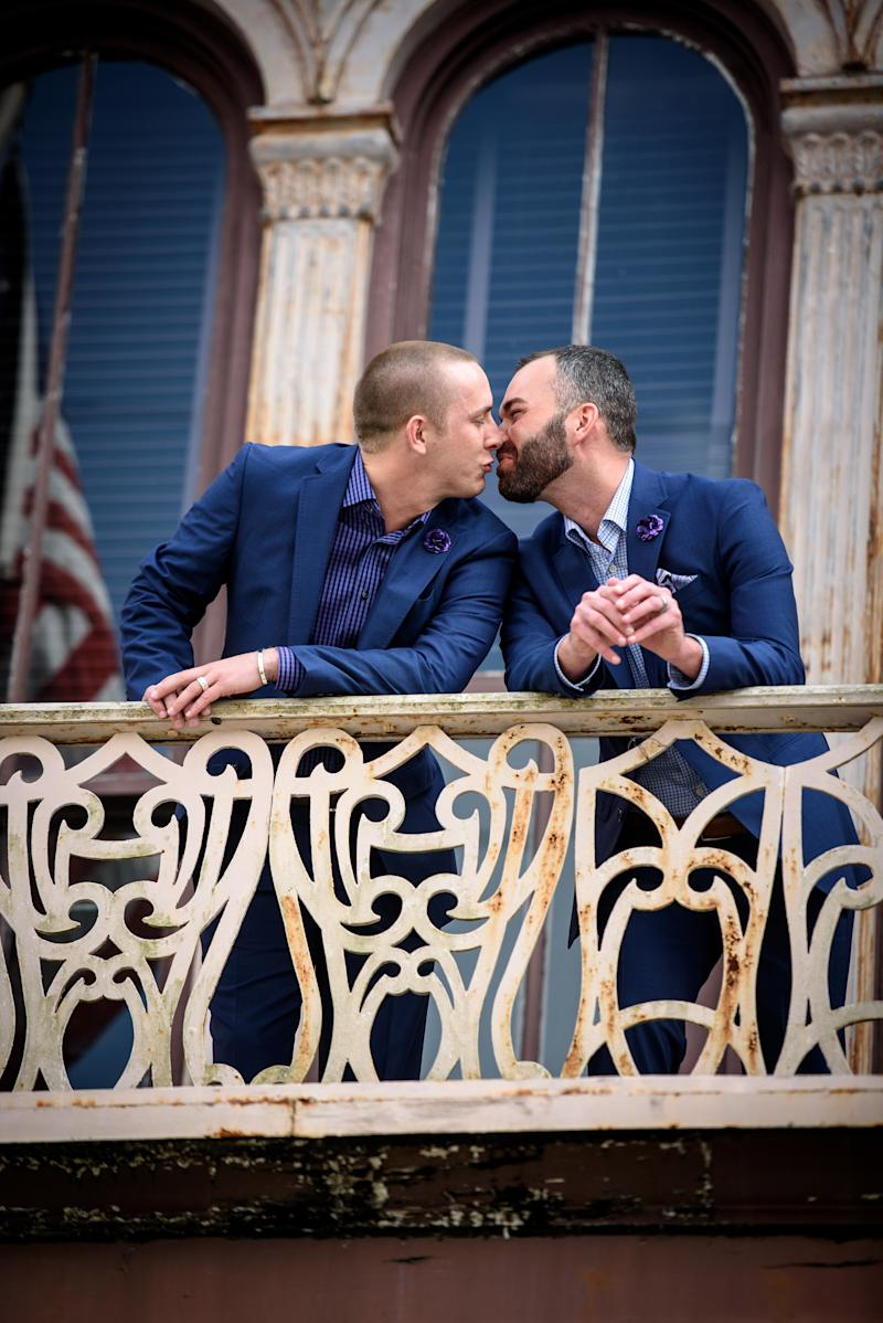 A kiss on the balcony of the courthouse. (Michael Caswell Photography)