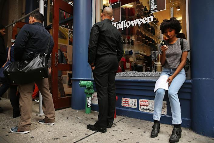 People wait in line for a retail job interview on October 2, 2014 in New York City (AFP Photo/Spencer Platt)