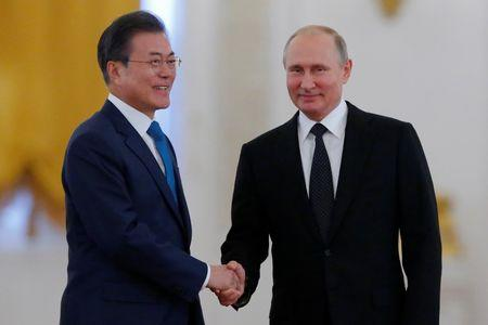 Russian President Putin and South Korean President Moon attend a welcoming ceremony in Moscow