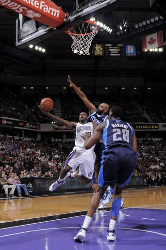 SACRAMENTO, CA - MARCH 9: Tyreke Evans #13 of the Sacramento Kings shoots the ball against Vince Carter #25 of the Dallas Mavericks on March 9, 2012 at Power Balance Pavilion in Sacramento, California. (Photo by Rocky Widner/NBAE via Getty Images)