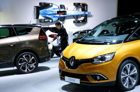 FILE PHOTO: A worker cleans a Renault car at the European Motor Show in Brussels, Belgium, January 13, 2017. REUTERS/Francois Lenoir/File Photo