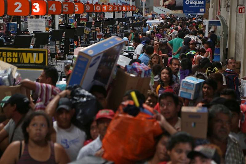 Looters invade a store in the Mexican port city of Veracruz as protests against a gasoline price increase continued for a fifth day (AFP Photo/)