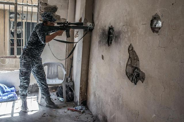 <p>Iraqi Federal Police soldiers on the frontline against Islamic State in Adedat, a neighborhood in the Old City of west Mosul, the last area of the city under Islamic State control, June 22, 2017. (Photo: Martyn Aim/Getty Images) </p>