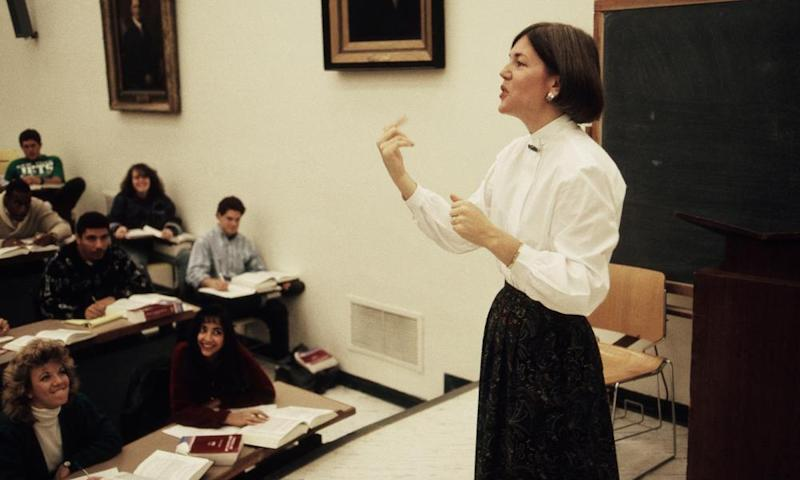 Elizabeth Warren lectures a law class at the University of Pennsylvania in Philadelphia in 1990.