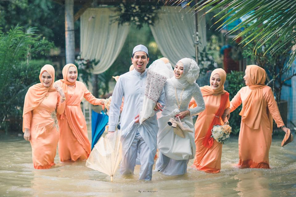 The couple and bridesmaids did not let the elements get in the way of fun. — Picture from Facebook/Meen Photographer