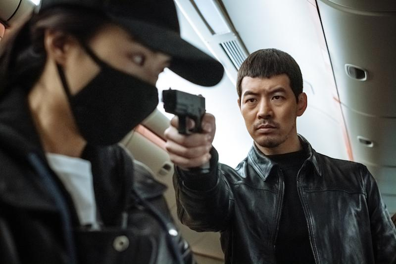 Hyun-min (Bae Jung-nam) confronts the Mysterious Passenger (Lee Sun-bin) in Okay! Madam (PHOTO: Golden Village Pictures)