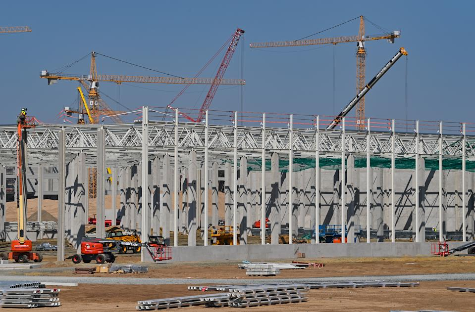11 August 2020, Brandenburg, Grünheide: Cranes, construction machinery and the first concrete pillars for the future Tesla Giga Factory can be seen on the construction site. In Grünheide near Berlin, a maximum of 500,000 vehicles per year are to roll off the assembly line from July 2021 - and according to the car manufacturer's plans, the maximum should be reached as quickly as possible. For the time being, the US electric car manufacturer expects up to 10,500 employees in shift operation for its planned first factory in Europe. Photo: Patrick Pleul/dpa-Zentralbild/ZB (Photo by Patrick Pleul/picture alliance via Getty Images)