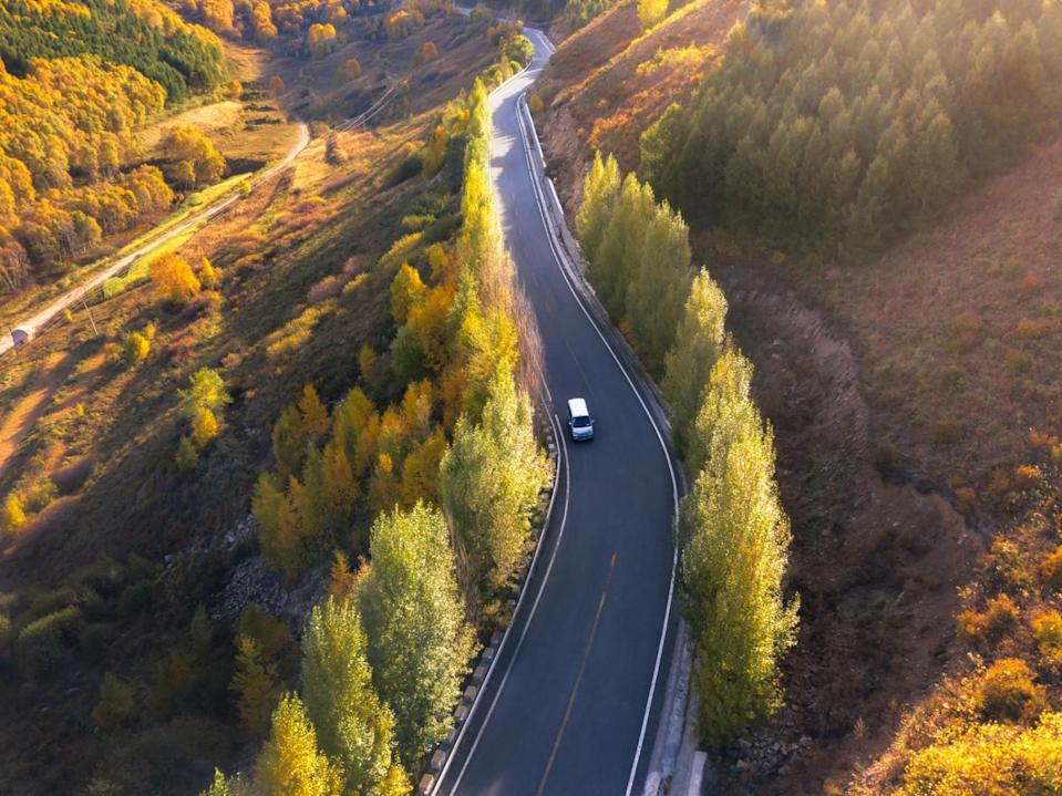 highway car driving (Xuanyu Han/ Moment/ Getty Images)