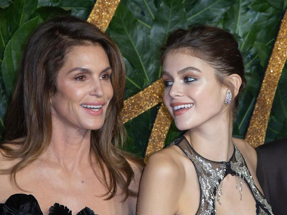 Kaia Gerber (re.) hat die Model-Gene ihrer Mutter Cindy Crawford geerbt. (Bild: BAKOUNINE / Shutterstock.com)