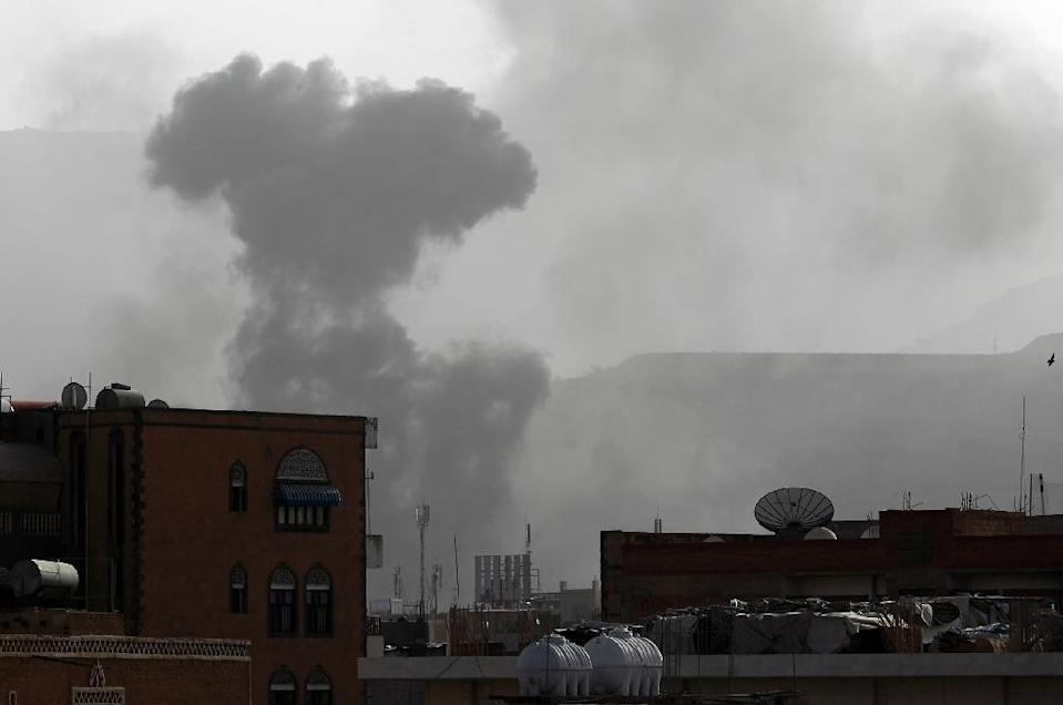 Smoke rises from the Faj Attan Hill area in the Yemeni capital Sanaa on April 9, 2015 following an alleged air strike by the Saudi-led alliance on Shiite Huthi rebels camps (AFP Photo/Mohammed Huwais)