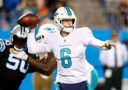 Nov 13, 2017; Charlotte, NC, USA; Miami Dolphins quarterback Jay Cutler (6) looks to pass the ball during the first quarter against the Carolina Panthers at Bank of America Stadium. Jeremy Brevard-USA TODAY Sports