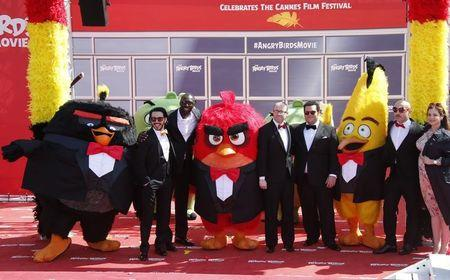 """Actor Timur Rodriguez, actor Omar Sy, producer John Cohen, actor and producer Josh Gad, actor Maccio Capatonda and tv host Raya Abirached pose during a photocall for the animated film """"The Angry Birds Movie"""" on the eve of the start of the 69th Cannes Film Festival in Cannes, France, May 10, 2016.  REUTERS/Jean-Paul Pelissier"""
