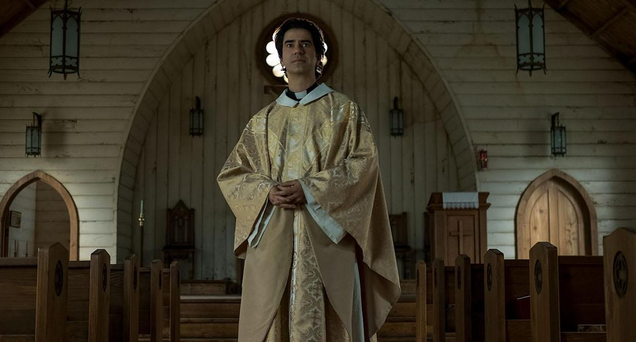 MIDNIGHT MASS (L to R) HAMISH LINKLATER as FATHER PAUL in episode 101 of MIDNIGHT MASS Cr. EIKE SCHROTER/NETFLIX © 2021