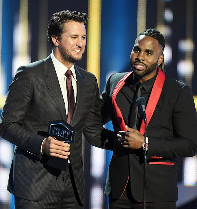 <p>Luke Bryan (L) and Jason Derulo win an award during the 2017 CMT Music Awards at the Music City Center on June 7, 2017 in Nashville, Tennessee. (Photo by J. Merritt/FilmMagic) </p>