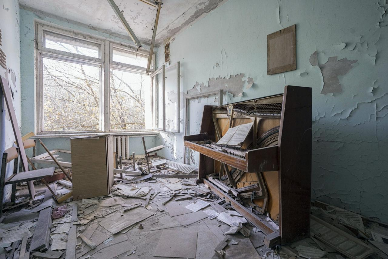 <p>A piano in Ukraine. (Photo: Romain Thiery/Caters News) </p>