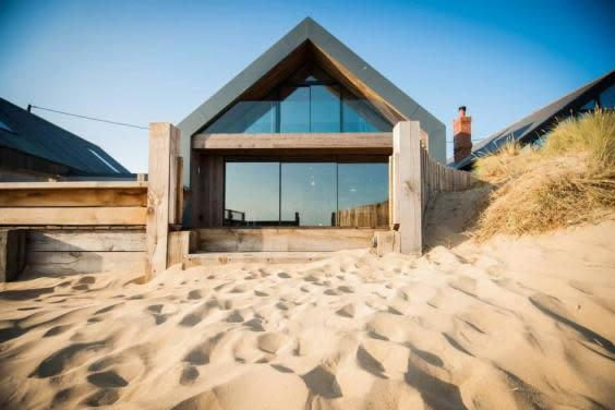 The Blue House opens directly on to a sandy beach (Camber Holiday Cottages)