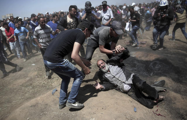 <p>An elderly Palestinian man falls on the ground after being shot by Israeli troops during a deadly protest at the Gaza Strip's border with Israel, east of Khan Younis, May 14, 2018. (Photo: Adel Hana/AP) </p>