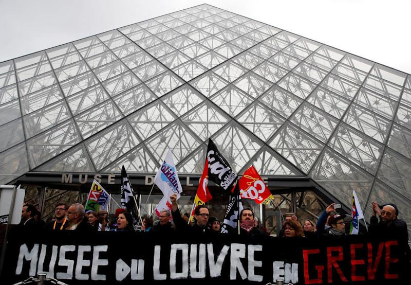 Protests over pension reform close Paris's Louvre museum
