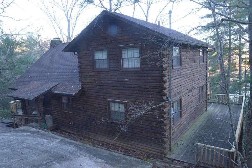 """<h2>North Carolina Lake House with Breathtaking Views</h2><br><br><strong>Location:</strong> Murphy, North Carolina<br><strong>Sleeps:</strong> 10<br><strong>Price Per Night:</strong> $195<br><em>Check availability <strong><a href=""""https://airbnb.pvxt.net/mJdvM"""" rel=""""nofollow noopener"""" target=""""_blank"""" data-ylk=""""slk:here"""" class=""""link rapid-noclick-resp"""">here</a></strong></em><br><br>""""Our five-bedroom, three-bath lake house takes you away from society and the bustle of city life. With an authentic '70s flair, wrap-around deck, and lake access (depending on lake water level), a peaceful respite awaits you, your family, and your friends.""""<br><br>"""