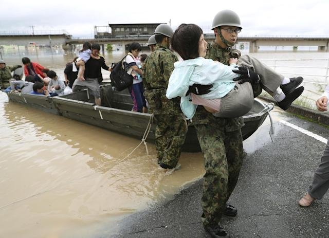 <p>Residents are rescued from a flooded area by Japan Self-Defense Force soldiers in Kurashiki, southern Japan, July 7, 2018. (Photo: Kyodo via Reuters) </p>