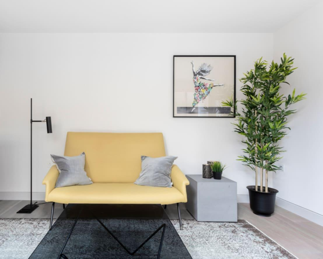 <p>Everything in this home has a muted and toned down feel, but then, a lemon yellow sofa and dramatic pop of greenery cuts through and brightens up the scheme no end. We're getting some real Scandinavian vibes from this interior too, so you know it will be a timeless look.</p>  Credits: homify / Kitchen Architecture