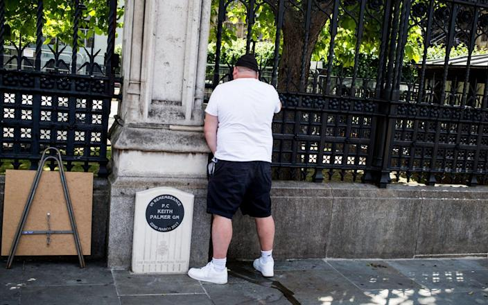 Man pictured urinating on PC Keith Palmer's memorial during protests - Alamy