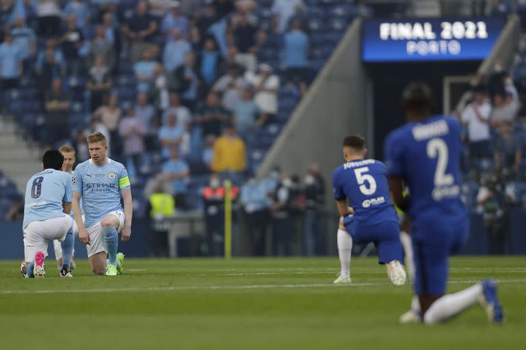 Players take a knee ahead of the UEFA Champions League final football match between Manchester City and Chelsea at the Dragao stadium in Porto on May 29, 2021. (Photo by Manu Fernandez / POOL / AFP)