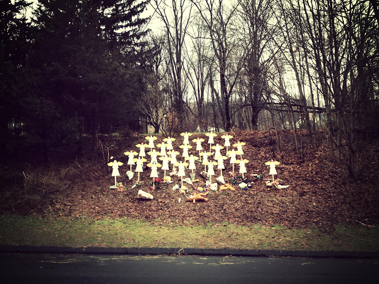 <p>A makeshift memorial is seen in Newtown, Conn., Dec. 15, 2012. (Dylan Stableford/Yahoo News) </p>