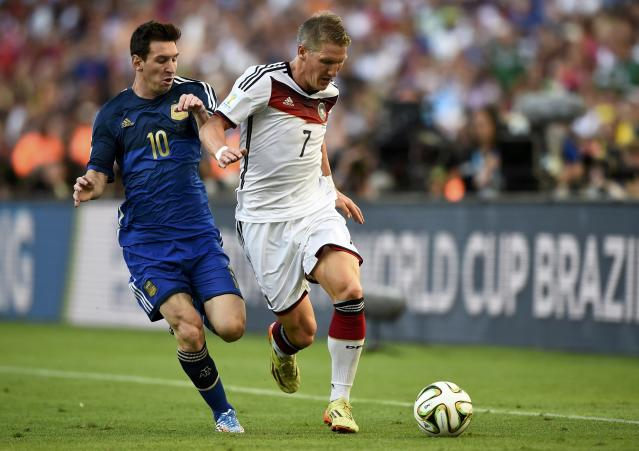 Argentina's Lionel Messi (L) and Germany's Bastian Schweinsteiger run for the ball during their 2014 World Cup final at the Maracana stadium in Rio de Janeiro July 13, 2014. REUTERS/Dylan Martinez (BRAZIL - Tags: SOCCER SPORT WORLD CUP)