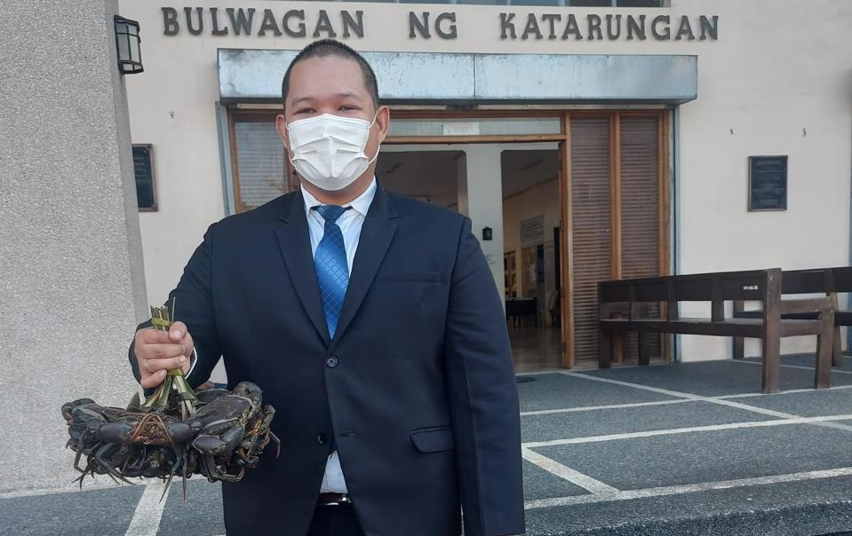 Noel Allen Bose, a Sorsogon lawyer, proudly displays his day's earnings, a fresh catch of crabs. (Source: Noel Allen Bose/Facebook)