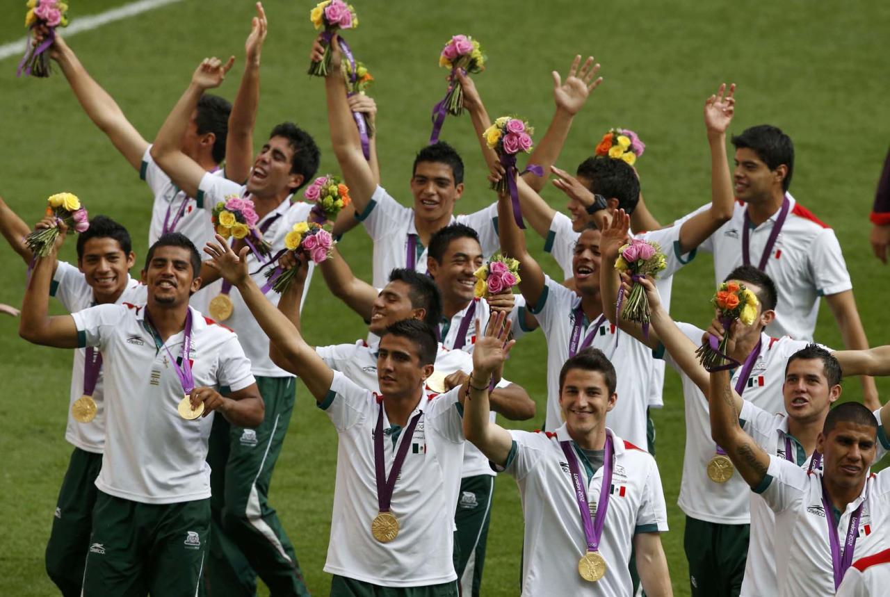 Mexico's players celebrate winning the gold medal after defeating Brazil in their men's soccer final gold medal match at Wembley Stadium during the London 2012 Olympic Games August 11, 2012.                    REUTERS/Paul Hanna (BRITAIN  - Tags: SPORT SOCCER OLYMPICS)
