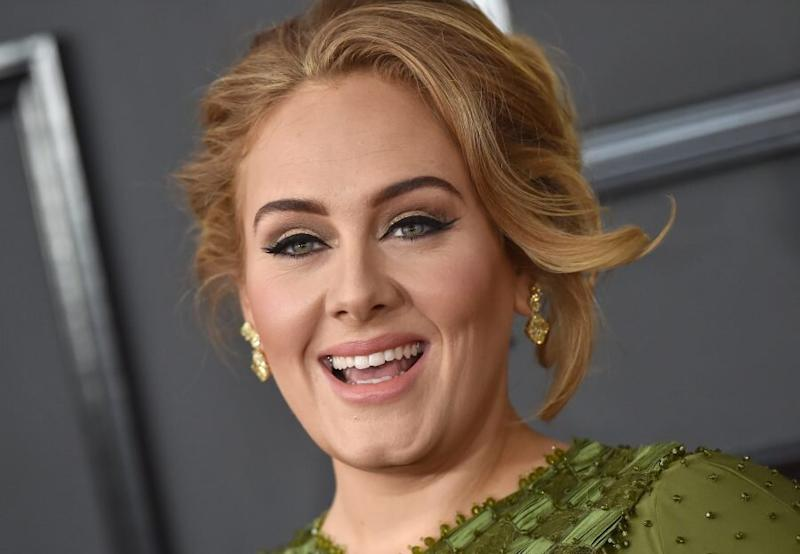 People are saying Adele and Sarah Paulson are twins…and um, they're right