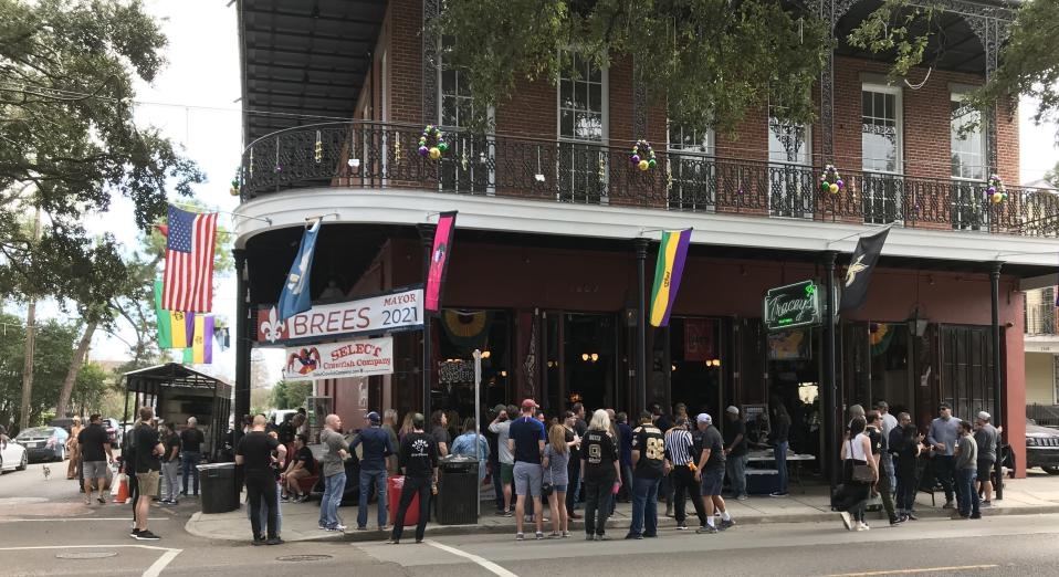The crowd for crawfish and raw oysters at Tracey's. Because everyone needs protein. (Joe Garza/Yahoo Sports)