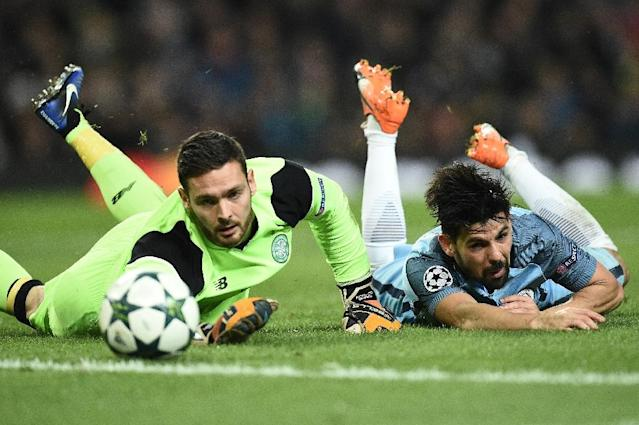 Manchester City's midfielder Nolito (R) vies with Celtic's goalkeeper Craig Gordon during the UEFA Champions League group C football match between Manchester City and Celtic at the Etihad Stadium on December 6, 2016 (AFP Photo/Oli SCARFF )