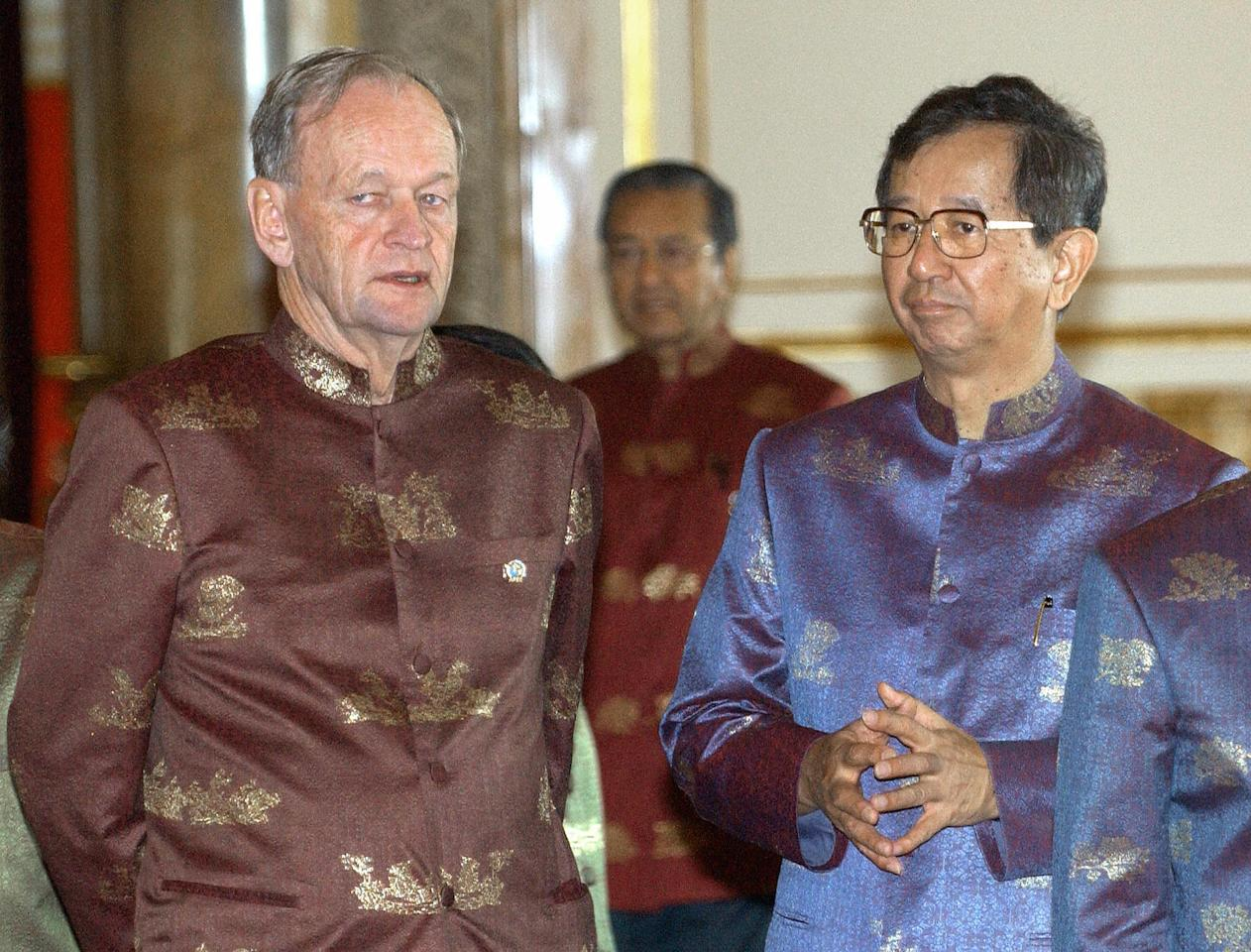 <p>Former Canadian Prime Minister John Chretien, left, stands next to Taiwan representative Lee Yuan-tseh at the end of the APEC Economic Leaders' Declaration at the Ananta Samakhom Throne Hall in Bangkok on Oct. 21, 2003. Photo from Adek Berry/AFP/Getty Images. </p>