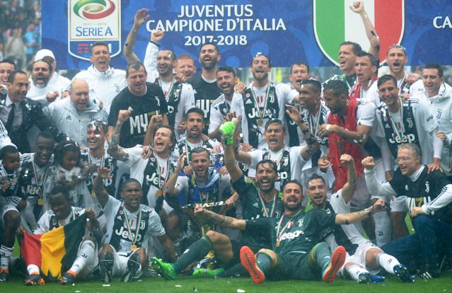 Soccer Football - Serie A - Juventus vs Hellas Verona - Allianz Stadium, Turin, Italy - May 19, 2018 Juventus celebrate winning the league with the trophy REUTERS/Massimo Pinca