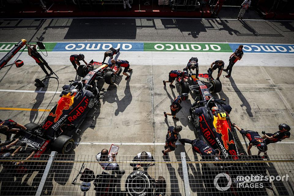 "Max Verstappen, Red Bull Racing RB16, y Alex Albon, Red Bull Racing RB16<span class=""copyright"">Glenn Dunbar / Motorsport Images</span>"